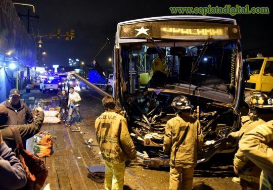 Cuatro heridos en choque entre bus y camión grúa