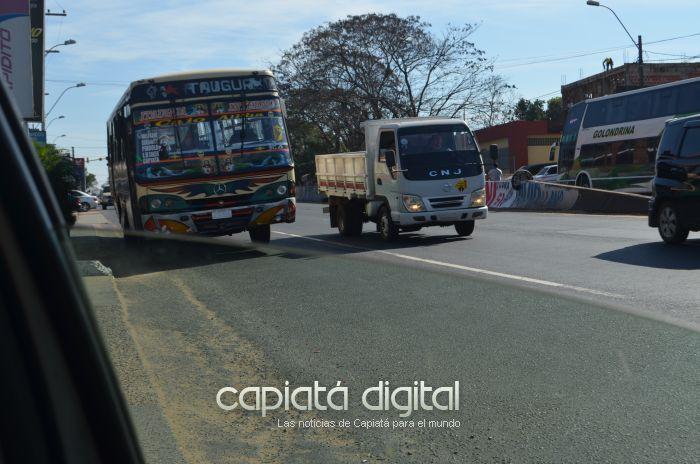 Omnibus mal estacionados tapan visual y generan peligro